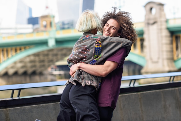 Szczęśliwa para przytulanie w pobliżu mostu southwark nad tamizą