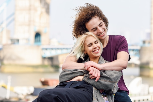 Szczęśliwa para przytulanie w tower bridge