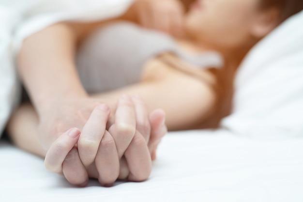 Szczęśliwa para razem leży w łóżku. cieszyć się swoim towarzystwem.