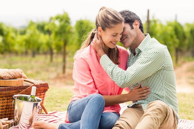 Szczęśliwa para relaksuje na koc