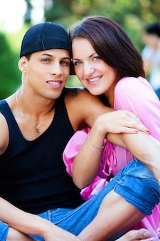 Szczęśliwa para relaksuje w parku