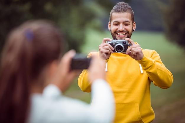 Szczęśliwa para robienia zdjęć siebie