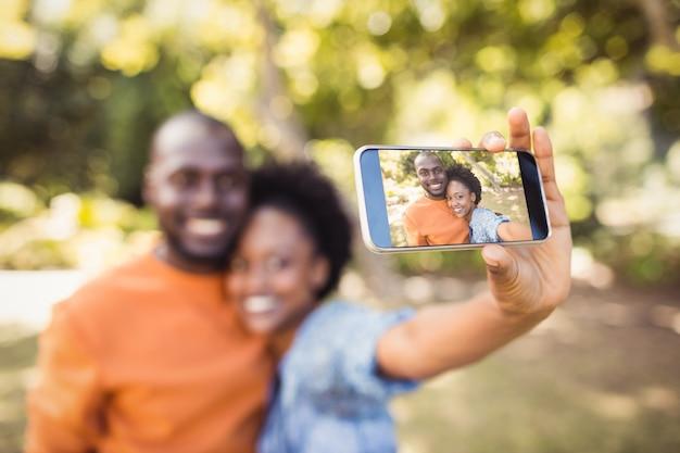 Szczęśliwa para robienia zdjęcia