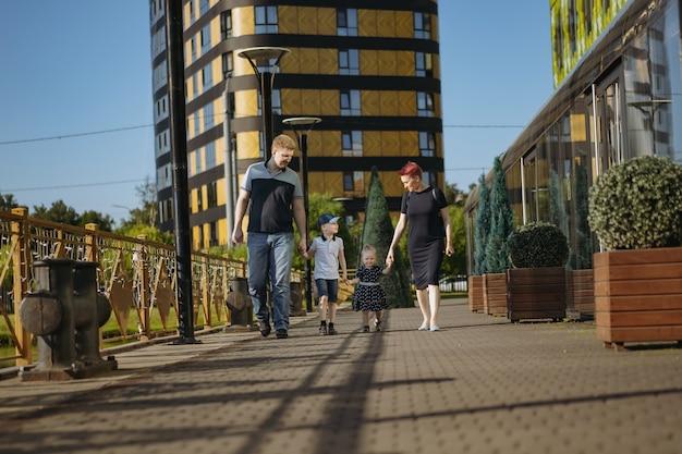 Szczęśliwa para rodzina kaukaski cieszyć spacery z córką. matka radośnie się śmieje