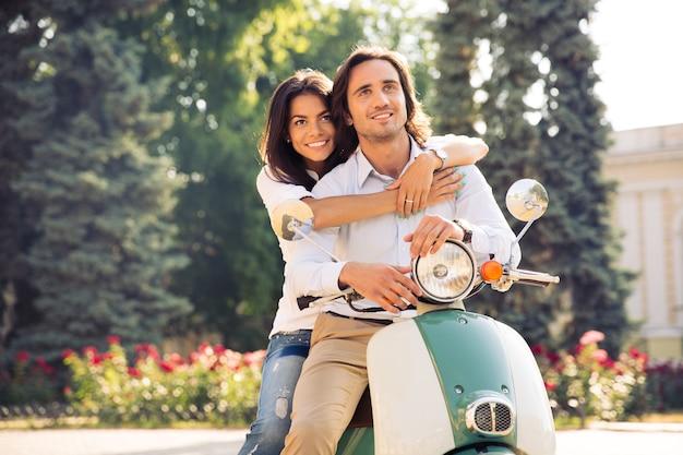 Szczęśliwa para romantyczny przytulanie na skuter