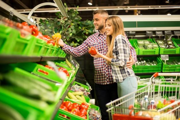 Szczęśliwa para sklep spożywczy na zakupy razem