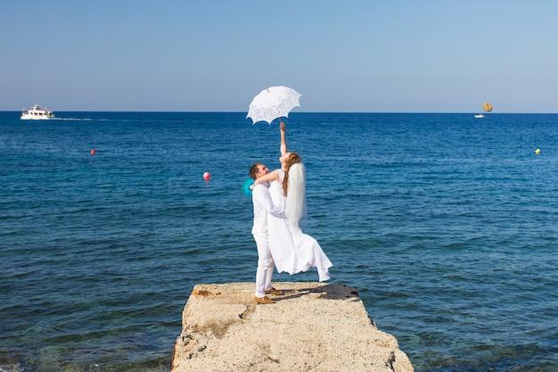 Szczęśliwa para ślub na plaży