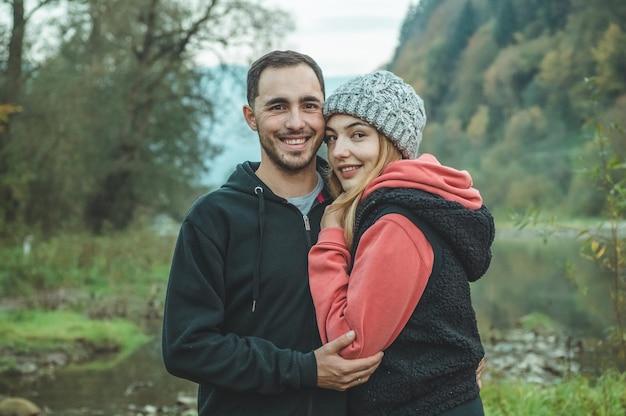 Szczęśliwa para spaceru po górach. facet z dziewczyną w górach karpat. miłość, czułość, natura, góry