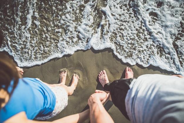 Szczęśliwa para spędza czas na plaży