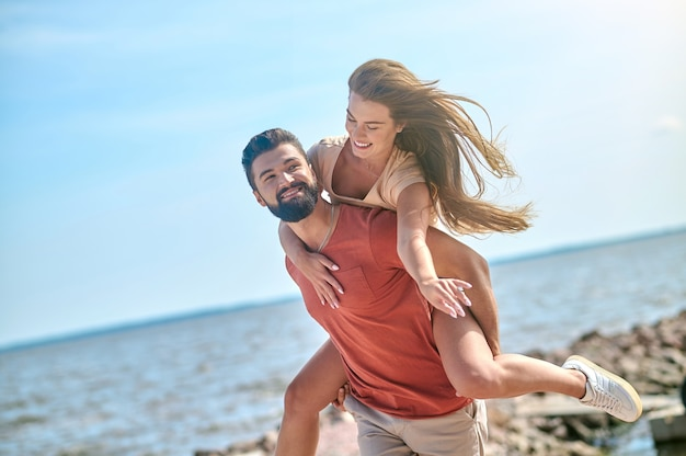 Szczęśliwa para spędza czas nad morzem