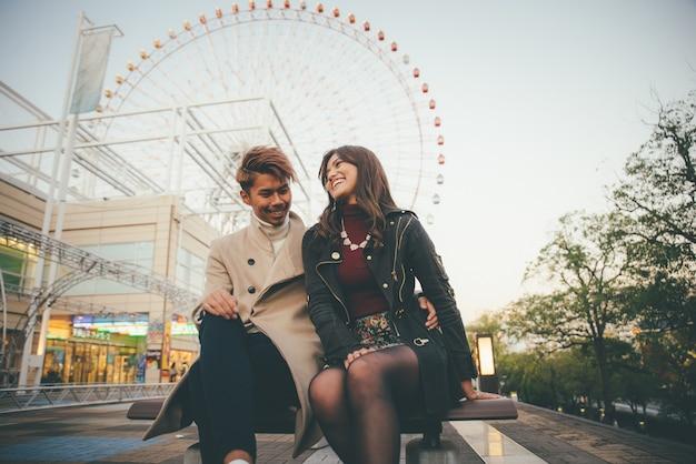 Szczęśliwa para spędzać czas razem