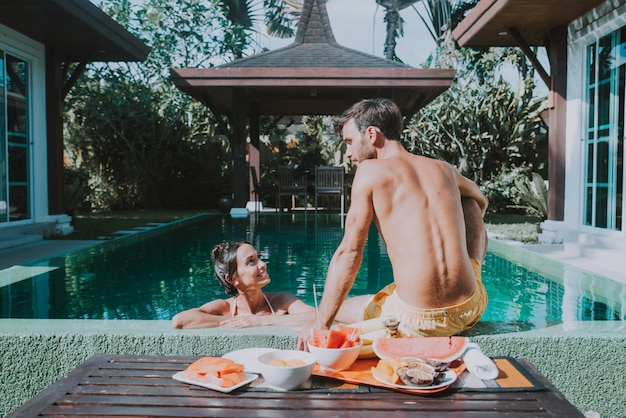 Szczęśliwa para spędzać czas w pięknym domu na wakacje