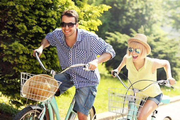 Szczęśliwa para spędzająca wolny czas na rowerach w mieście