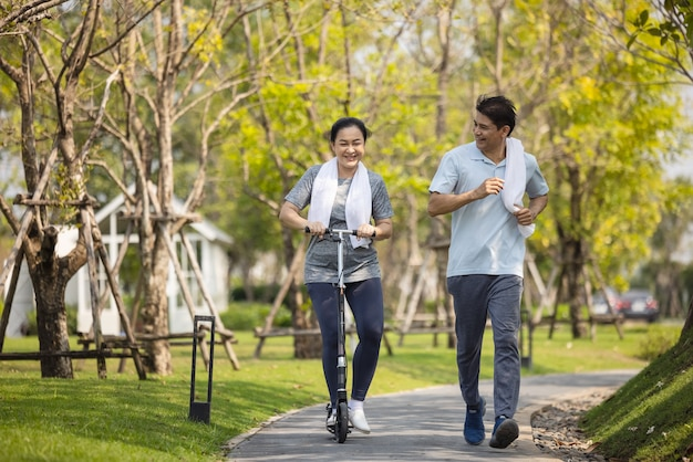 Szczęśliwa para starszy azji jogging na świeżym powietrzu w parku.