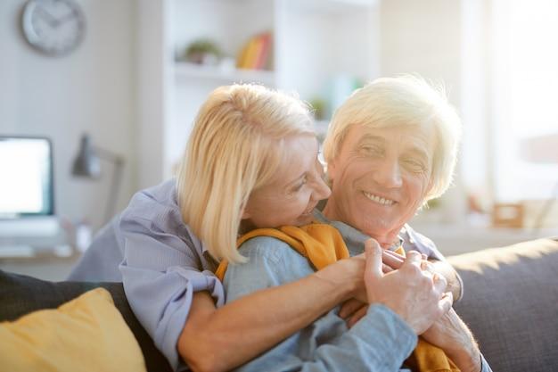 Szczęśliwa para starszy ogarnięcie w słońcu