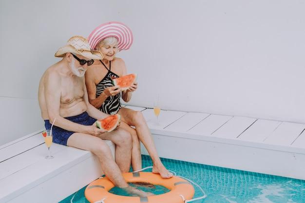 Szczęśliwa para starszych na imprezie w basenie