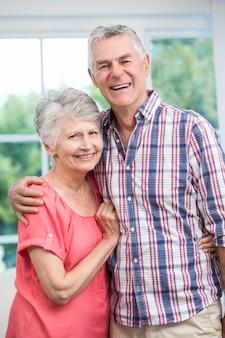 Szczęśliwa para starszych obejmując