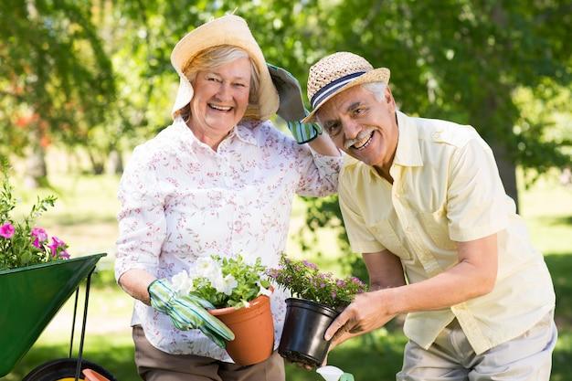 Szczęśliwa para starszych ogrodnictwo
