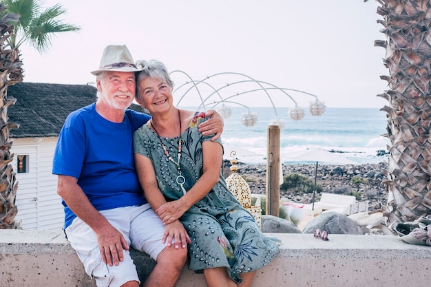 Szczęśliwa para starszych przytula się z miłością i wspólnie spędza czas wolny na świeżym powietrzu
