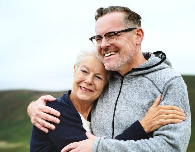 Szczęśliwa para starszych przytulanie siebie