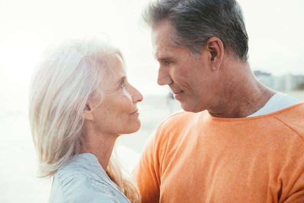 Szczęśliwa para starszych spędzać czas na plaży. pojęcia o miłości, stażu pracy i ludziach