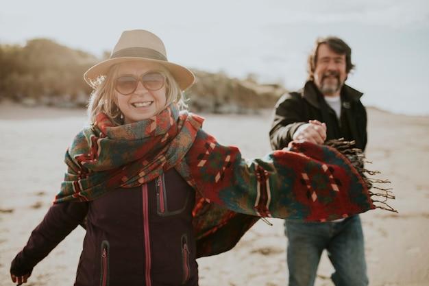 Szczęśliwa para starszych trzymających się za ręce i idących razem