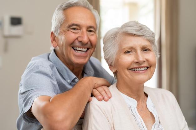 Szczęśliwa para starszych uśmiecha się