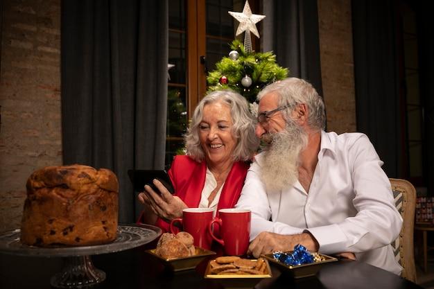 Szczęśliwa para starszych w miłości