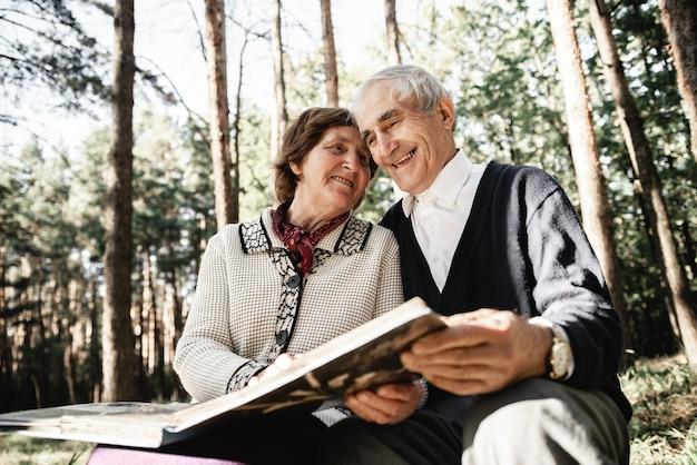 Szczęśliwa para starszych