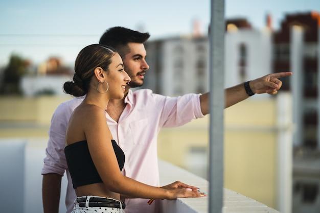 Szczęśliwa para stoi na balkonie i spędza razem romantyczny czas