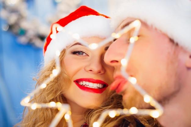Szczęśliwa para świętująca nowy rok ze świąteczną zabawką