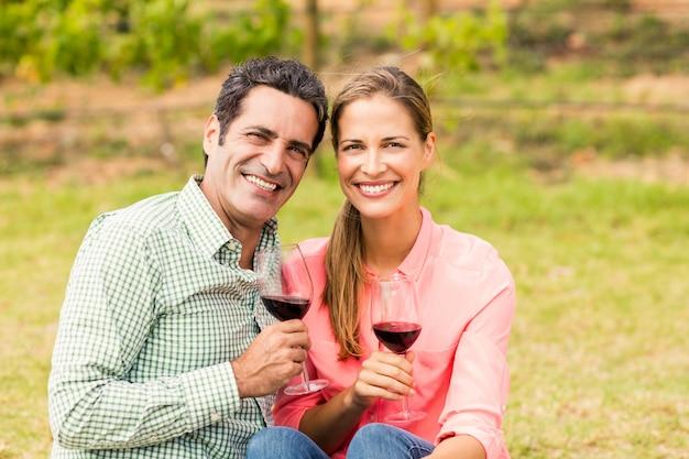 Szczęśliwa para trzyma szkła wino
