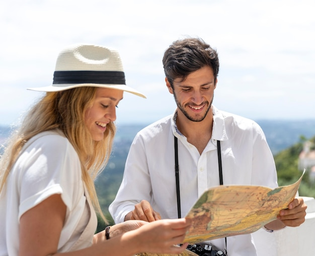 Szczęśliwa para trzymając mapę średni strzał