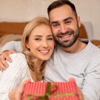Szczęśliwa para trzymając obecny