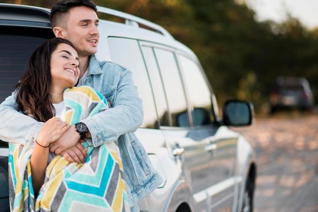 Szczęśliwa para turystów na wycieczkę samochodową