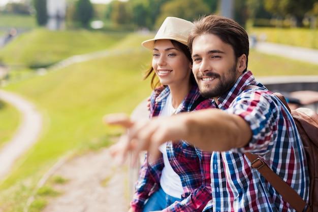Szczęśliwa para turystów randki młodych ludzi.