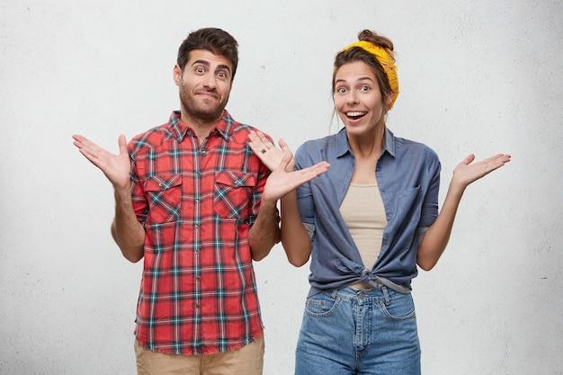 Szczęśliwa para ubrana niedbale pozuje