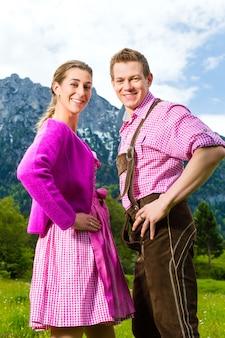 Szczęśliwa para w alpejskiej łące