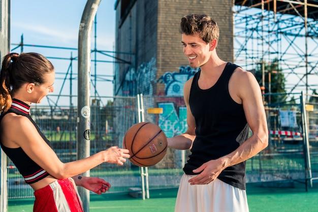 Szczęśliwa para w boisko do koszykówki