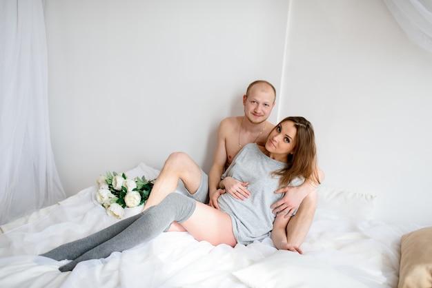 Szczęśliwa para w ciąży spodziewa się dziecka