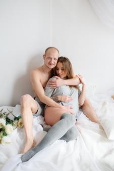 Szczęśliwa para w ciąży spodziewa się dziecka.