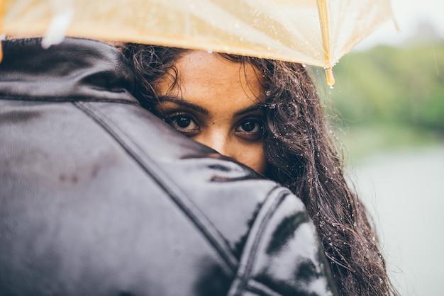 Szczęśliwa para w deszczu