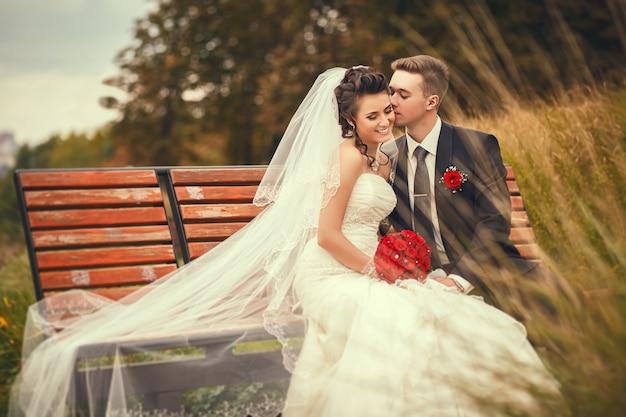 Szczęśliwa para w dniu ślubu. spacerujcie państwo młodzi w parku narodowym jesienią. piękny ślub.
