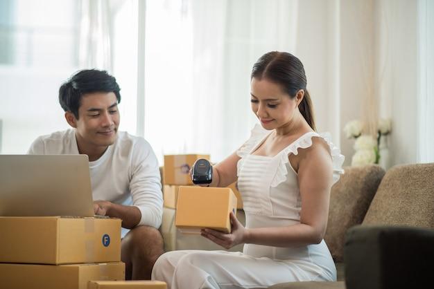 Szczęśliwa para w domowym biurze z biznesu online, marketingu online i pracy freelance