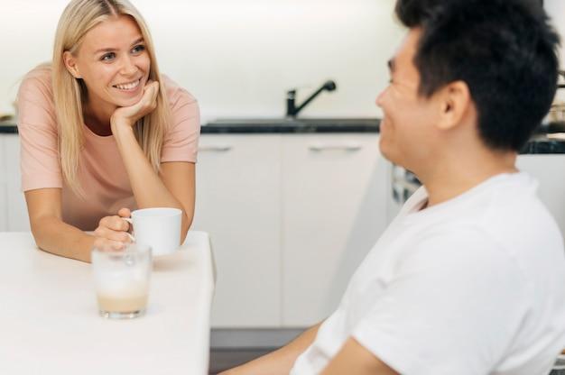Szczęśliwa para w domu podczas rozmowy pandemicznej