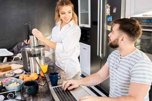 Szczęśliwa para w domu