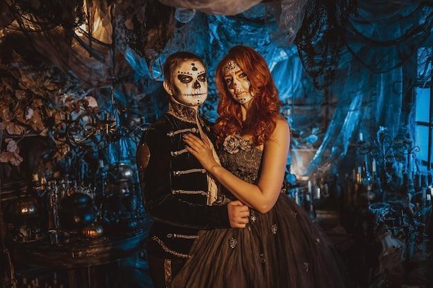 Szczęśliwa para w halloween kostium i makijaż. krwawy motyw: szalone twarze maniaków