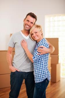 Szczęśliwa para w ich nowym domu