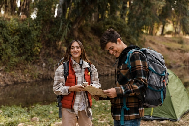 Szczęśliwa para w lesie, czytając mapę
