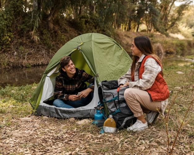 Szczęśliwa para w lesie długi widok